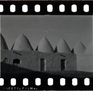 """<bdi class=""""metadata-value"""">Abou al-Fawares, Photographie d'ambiance, cour d'une ferme</bdi>"""
